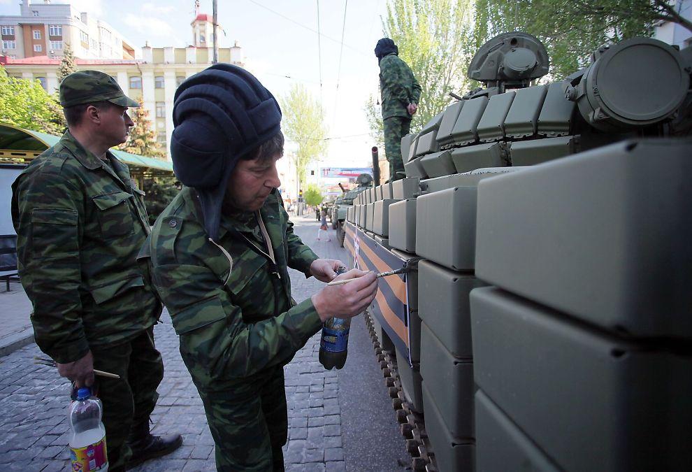 <p><b>ALLIANSER:</b> – I tillegg til å bidra med finansiell støtte til partier og bruk av høyreekstreme aktivister og politikere som propagandaredskap, er russiske miljøer nå i ferd med å bygge det de kaller Den nasjonalkonservative bevegelse (WNCM), skriver kronikkforfatteren. Bildet viser pro-russiske soldater i den selvproklamerte folkerepublikken Donetsk.</p>