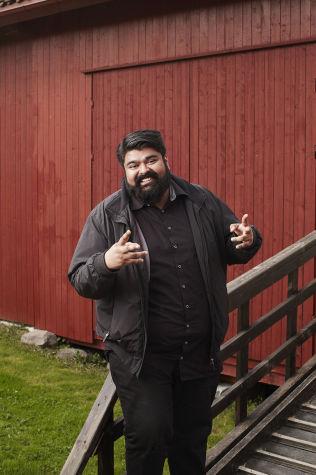 <p>ER MED: Skuespiller og komiker Abubakar Hussain.</p>