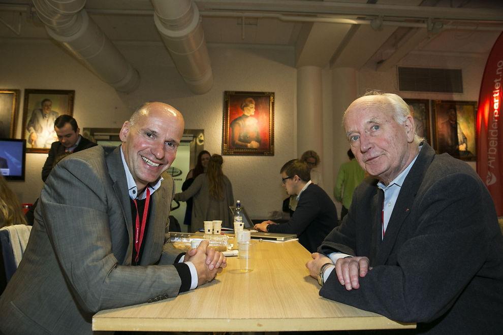 <p>LØFTET INN I BYSTYRET: Geir Lippestad og Thorvald Stoltenberg er kumulert inn i Oslo bystyre. Her er de to fotografert under Arbeiderpartiets årsmøte i april.</p>