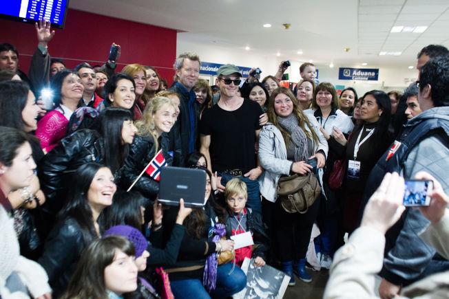 <p>LAGBILDE: Fanklubben Wildest Dream klarte til slutt å få Morten Harket og Magne Furuholmen samlet til et slags fellesbilde på flyplassen.<br/></p>