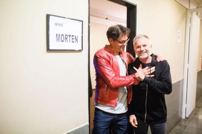 <p>I GODT HUMØR KVELDEN FØR KVELDEN: Morten Harket fleiper med trommeslager Karl Oluf Wennerberg foran garderoben sin i Luna Park, Buenos Aires.<br/></p>