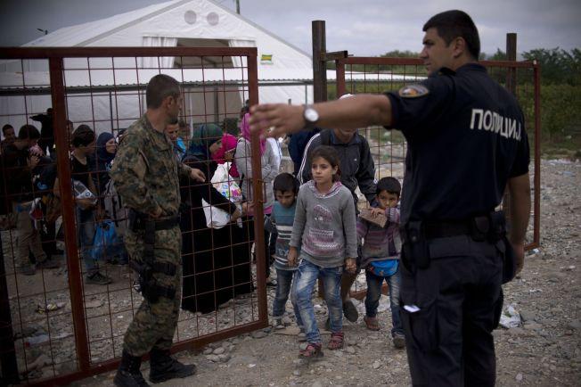 <p>I KØ GJENNOM EUROPA:Migranter og flyktninger står i kø for å slippe inn på et tog på vei fra Makedonia til Serbia den 20. september.</p>