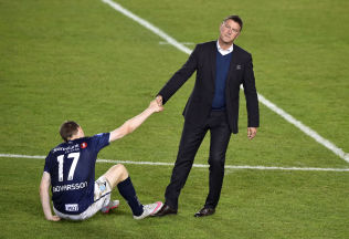 <p>MÅ REISE SEG: Kjell Jonevret hjelper Jon Dadi Bödvarsson på bena etter den enorme skuffelsen.<br/></p>