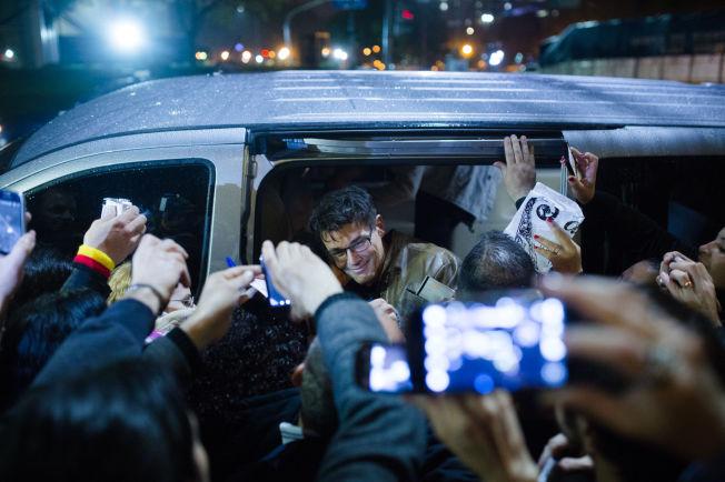 <p>PÅ VEI FRA KONSERT: Morten Harket og fansen i Buenos Aires.<br/></p>