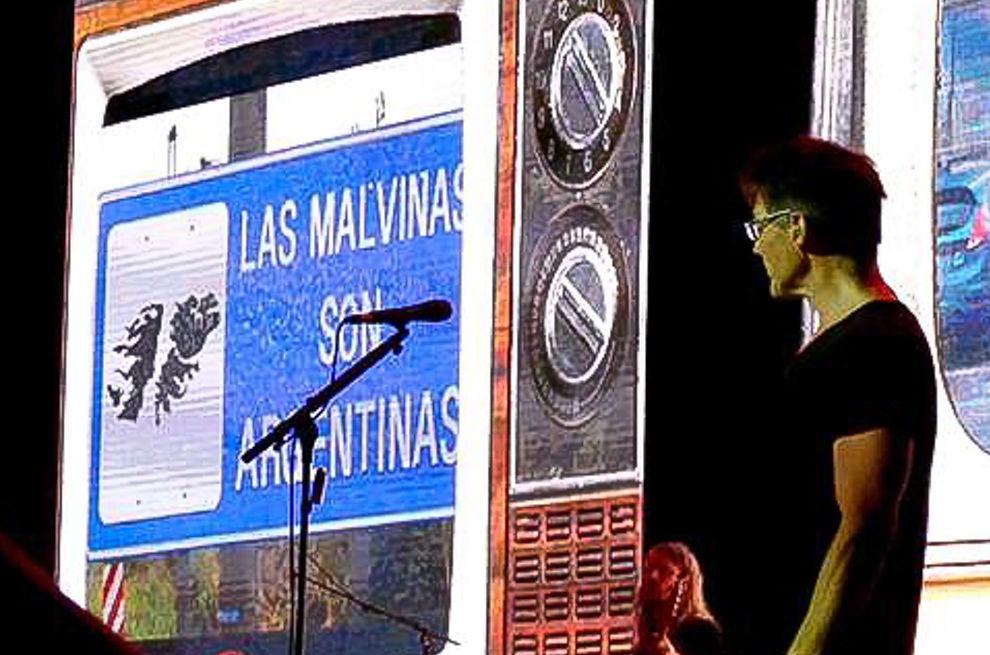 <p>ARGENTINSKE BILDER: Et skilt med påskriften «Falklandsøyene er argentinske» som ble vist under a-ha-konserten i Buenos Aires.<br/></p>