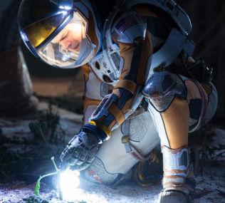 <p>SPEDE SPIRA: Marsboer Matt Damon finner en måte å dyrke mat på i «The Martian».</p>