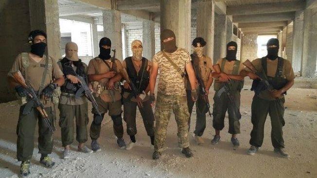 <p>TRENINGSLEIR: Mannen i midten er Abu Rafiq Mustafa, er 23 år og har vokst opp i Moskva. Nå driver han en treningsleir for al-Qaidas Jabhat al-Nusra i Aleppo-regionen i Syria. Han har latt seg intervjue av VG. FOTO: Privat</p>