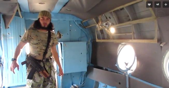 """<p>ANGREP ASSADS SISTE BASE: I en video publisert på nettet klatrer Abu Ubayda ombord i forlatte fly og helikoptre på en nylig erobret militærbase i Idlib-regionen. 19. september meldte Syrian Obervatory for Human Rights at 71 regimesoldater som ikke klarte å rømme i tide, <a class="""""""" href=""""http://www.syriahr.com/en/2015/09/71-soldiers-of-the-regime-forces-executed-in-the-airbase-of-abo-al-dohur/"""">ble henrettet på flybasen</a>. VG vet ikke om Abu Ubayda og hans krigere deltok i massedrapet.</p>"""
