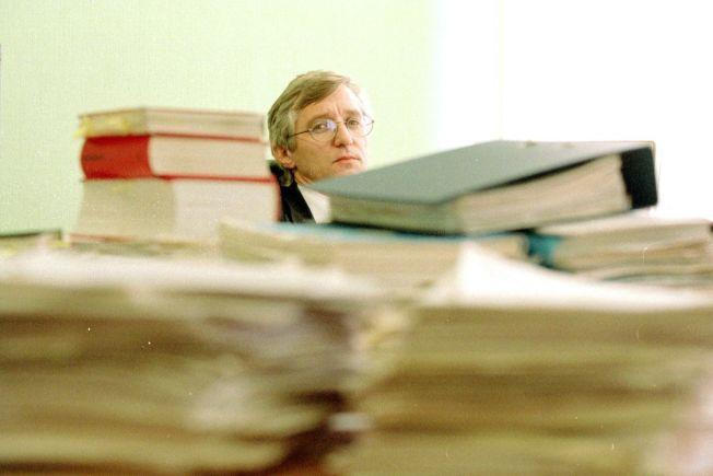 LANG KAMP: Fetterens forsvarer, Arvid Sjødin, avbildet på kontoret med saksdokumentene i 1997.