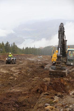 <p>NY SKICROSSLØYPE: Gravemaskinene er godt i gang med den nye løypen på nordsiden av Hafjells Main Park. Foto: CHRISTIAN BRÅTEBEKKEN, ALPINCO</p>