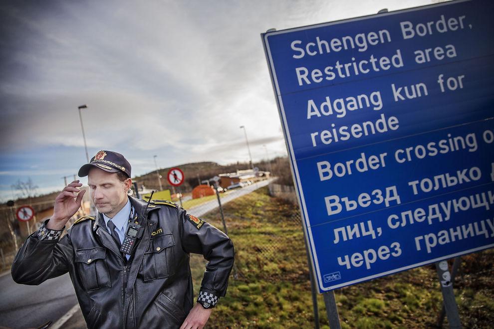 <p>FLYKTER PÅ SYKKEL: Her ved grenseovergangen på Storskog kommer asylsøkere i hopetall, mange av dem på sykkel. Her avdelingsleder Stein Hansen ved Storskog grense.</p>