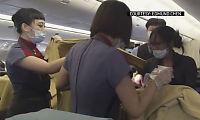 Her føder kvinnen på flyet ved hjelp av lege på bryllupsreise