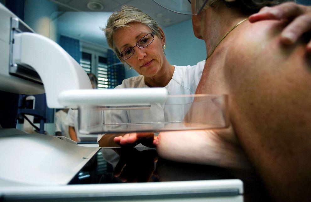 <p>OMSTRIDT: Det er stor uenighet om effekten av undersøkelsen, og en studie fra 2014 hevder at kvinner som tar mammografi dør like ofte av brystkreft som kvinner som ikke undersøkes regelmessig. Her bistår radiograf Anne Emilie Haakull på en maskin i 2007.<br/></p> <p><br/></p>