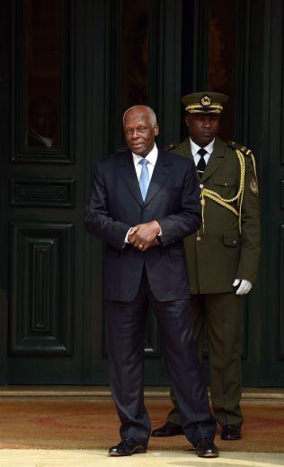 <p>FINT BESØK: Angolas president Jose Eduardo Dos Santos venter på kollega Francois Hollande som besøkte Angola i juli i år.<br/></p>