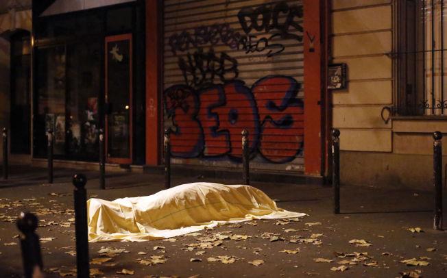 <p>SKJØT MOT PUBLIKUM: Ett av ofrene, skjult under ett laken utenfor konsertlokalet Bataclan.</p>