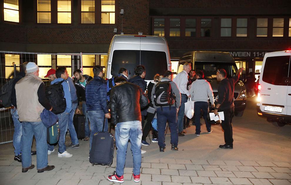 <p>DÅRLIG KONTROLL: Asylsøkere utenfor Politiets utlendingsenhet (PU) på Tøyen i Oslo i september. Etter registrering sendes asylsøkere til akuttplasser, med liten grad av kontroll på om de forlater mottakene.</p>