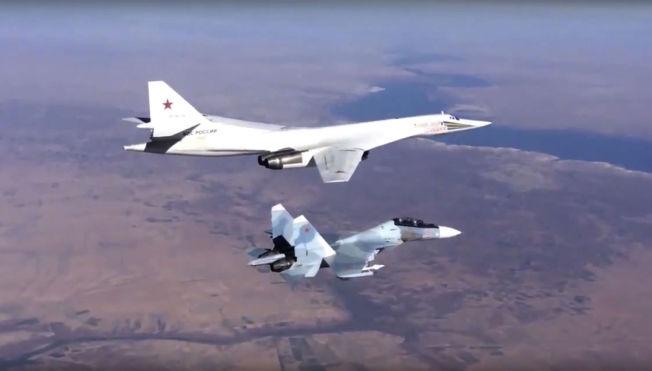 <p>TU-160: Dette bildet ble tatt morgenen etter at Blackjack-flyene passerte langs norskekysten, og viser flyet over Syria, eskortert av et SU-30 jagerfly (nærmest).<br/></p>