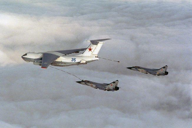 <p>MIDAS: Det var fire Midas-tankfly som torsdag sørget for at de russiske bombeflyene kunne fly rundt Europa på vei mot Syria. De to jagerflyene som her etterfyller drivstoff er Foxhound, samme flytypen som eskorterte tankflyene utenfor Norge forrige uke. Dette bildet er tatt utenfor norskekysten ved en tidligere anledning.<br/></p>