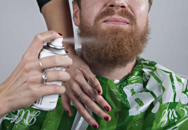 STEG 1: Dekk til klærne dine med opprevet plastikkposer for å unngå søl. Prepp skjegget med hårspray, deretter glitterspray. Foto: GISLE ODDSTAD, VG