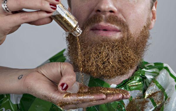 STEG 2: Hell på det løse glitteret så det dekker hele skjegget. Foto: GISLE ODDSTAD, VG