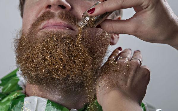STEG 3: Bruk opp hele flasken med det løse glitteret så det dekker alt skjegget. Len gjerne hodet litt tilbake for best mulig resultat. Foto: GISLE ODDSTAD, VG