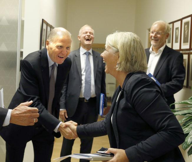 <p>VAR IKKE KVINNE: Da næringsminister Monica Mæland (H) møtte den nye konsernsjefen Sigve Brekke 28. august sa hun: «Velkommen, selv om du ikke er kvinne» mens hun håndhilste på ham.<br/></p>