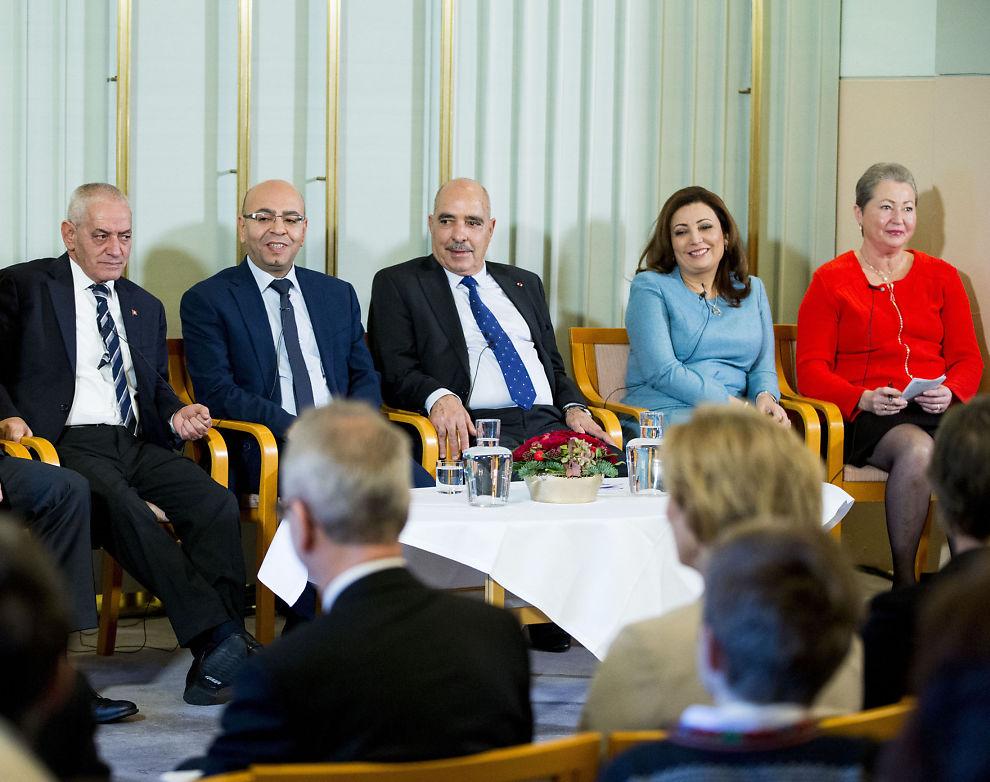ÅRETS PRISMOTTAGERE: Pressekonferansen med fredsprisvinnerne onsdag. Fra venstre generalsekretær i UGTT, Houcine Abassi, president i den nasjonale advokatforeningen, Mohamed Fadhel Mahfoudh, president i LTDH, Abdessattar Ben Moussa, president i UTICA, Ouided Bouchamaoui og leder i Nobelkomiteen Kaci Kullmann Five.