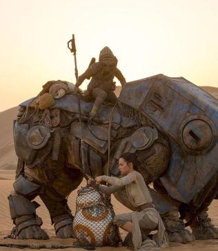 <p>«Rey» (Daisy Ridley) starter som skraphandler og ender som noe helt annet i «Star Wars: The Force Awakens». Foto: The Walt Disney Company Nordic</p>