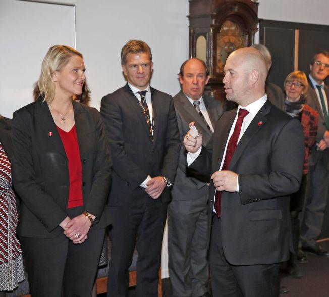 FIKK NØKKEL: Sylvi Listhaug får overlevert nøkkel fra justisminister Anders Anundsen (på bildet) og Solveig Horne.