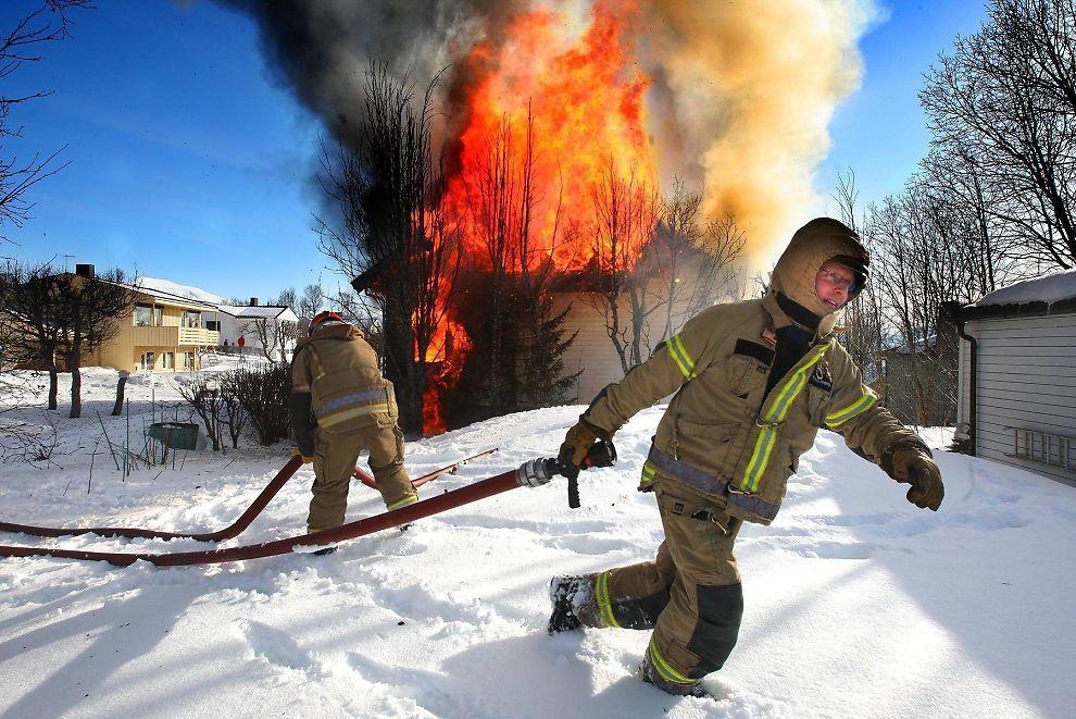 <p>FARLIGE ASYLBRANNER: En person ble sendt til sykehus etter brannen ved Mortensnes asylmottak i Tromsø i april 2012.</p>