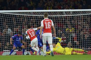 <p>REDDET OLYMPIAKOS: Omar Elabdellaoui redder på streken mot Arsenal på Emirates. Men Arsenal fikk sin revansj i Athen.</p>
