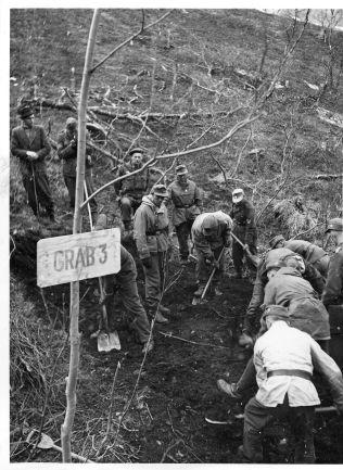 <p>GRAVENE: Bildet er fra Mallnitz-leiren i Kitdal i Troms, som ble opprettet for å bygge Lyngen-linjen i forsvaret mot Den røde armé. Her fant den norske delegasjonen massegraver sommeren 1945, i sin jobb med å avdekke krigsforbrytelsene begått på norsk jord.</p>