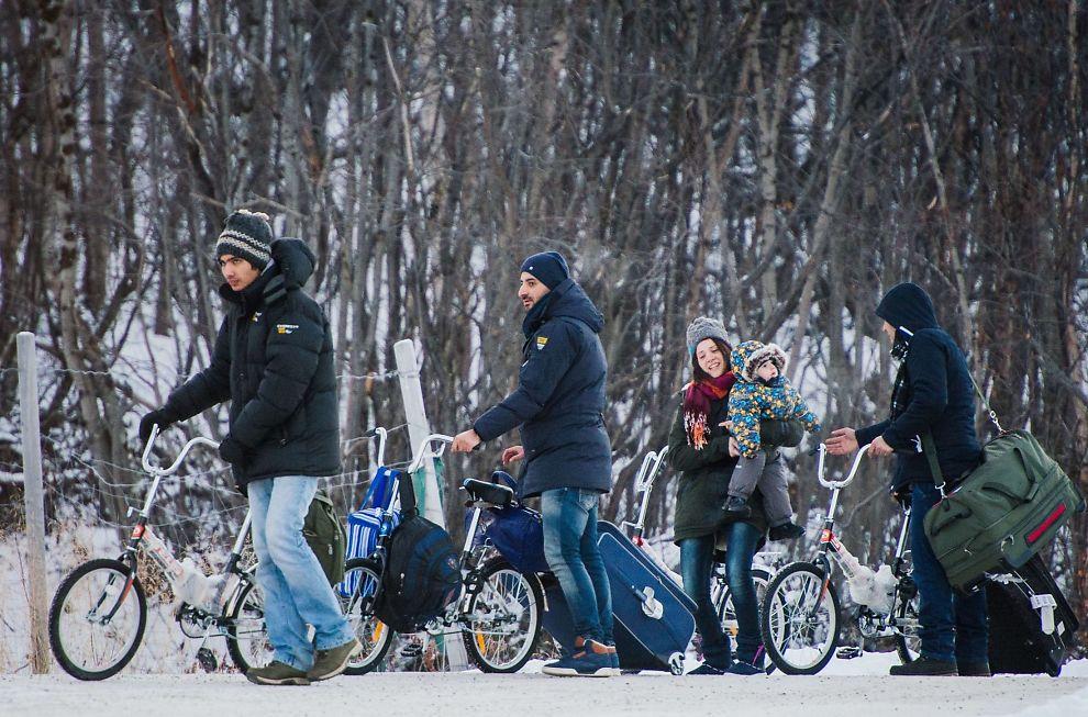 <p>TIL STORSKOG: Flyktninger ankommer Storskog på sykkel. Ruten gjennom Russland til Norge ble mye brukt i høst, men nå har grensepasseringene ved Storskog stoppet opp.</p>