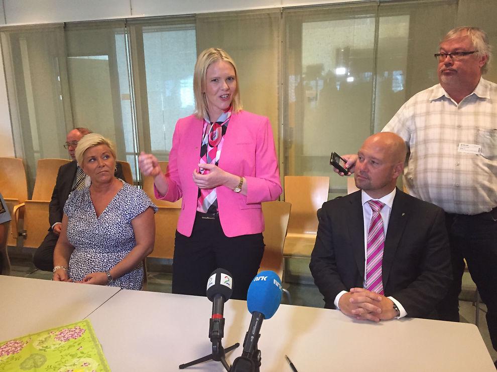 <p>STJERNESKUDD: Frp-statsråd Sylvi Listhaug. Her sammen med partileder Siv Jensen, og justisminister Anders Anundsen.</p>