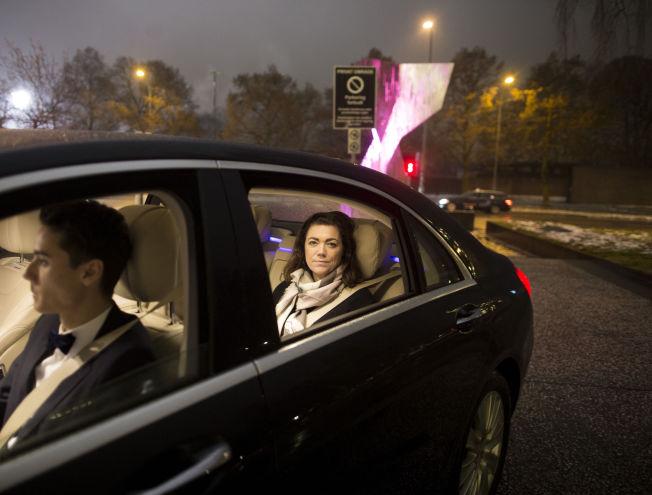 <p>FORNØYD: NHO-sjef Kristin Skogen Lund fant seg godt tilrette i mercedesen til Uber-sjåfør Hans.</p>