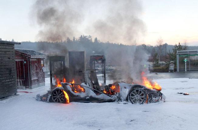 <p>VOLDSOM BRANN: Brannvesenet kan ikke bruke vann til å slukke elbiler, så den brennende bilen ble kjølt ned med skum.</p>