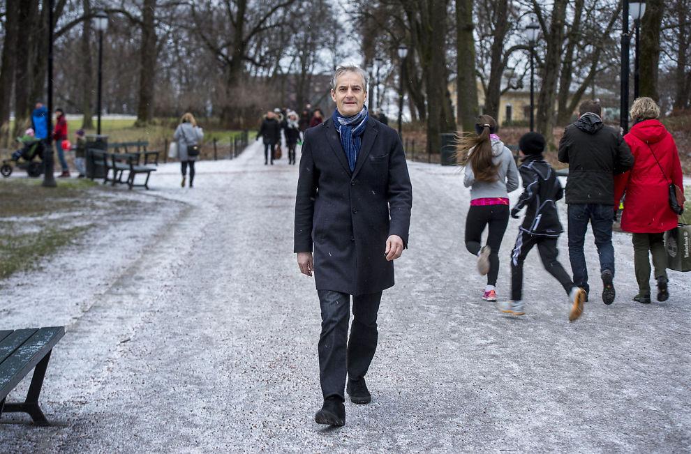 <p>KRITISK: Ap-leder Jonas Gahr Støre mener regjeringen taler med to tunger i flyktningedebatten.</p>