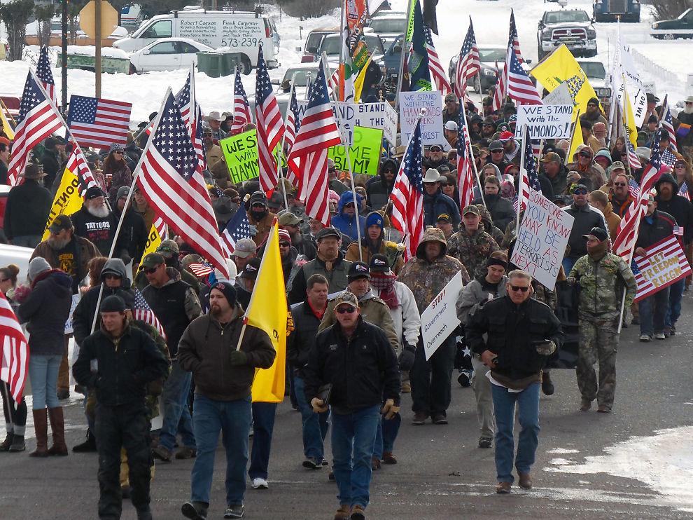 <p/><p>MISFORNØYDE: Flere hundre mennesker demonstrerer i protest mot fengslingen av Dwight og Steven Hammond i Oregon. De to ble dømt for brannstiftelse for tre år siden, og har sonet sin dom. Men en dommer mente at straffen ikke hadde vært lang nok, og sendte dem begge tilbake i fengsel i fire år til.</p>