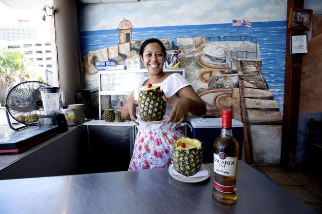 <p>SAN JUAN: På strandpromenaden i Contadoserverer Andrea Maugeri den karibiske nasjonalretten rom med søtmodnet ananas.</p>
