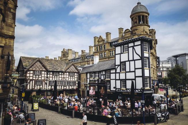 <p>GAMMELT OG NYTT: Manchester har mye å by på, fra ulike tidsperioder. Her fra puben Old Wellington Inn.<br/></p>
