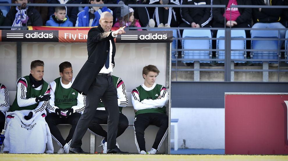 <p>ØDEGAARD-SJEF: Martin Ødegaard (t.h. på benken) mens Zinedine Zidane gir sine instrukser under en kamp mellom Real Madrid Castilla og Athletic Club B i februar i fjor.</p>