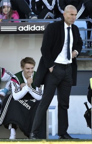 <p>PÅ BENKEN: Ødegaard smiler mens Zidane er stram i maska.<br/></p>