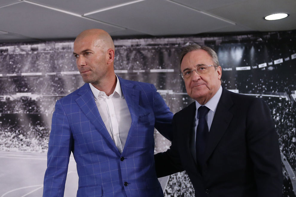 <p>NY SJEF: Real Madrid-president Florentino Perez (t.h.) viste frem Zinedine Zidane på en pressekonferanse i Madrid mandag kveld.<br/></p>