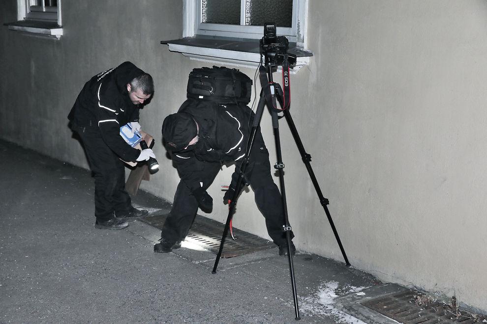 <p>FANT MOBIL: Krimteknikere fisket opp en telefon fra en rist bare 100 meter fra siktedes bolig.</p>