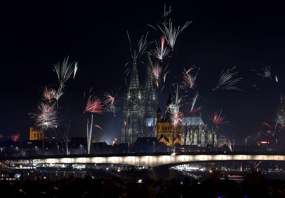<p>NYTTÅRSAFTEN I KÖLN: Fyrverkeriet lyste opp himmelen over Köln nyttårsaften. I bakgrunnen ser man blant annet Martinskirken, Kölnerdomen og hovedbanestasjonen i byen, der angrepene skal ha skjedd.</p>