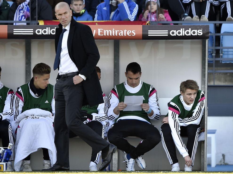 <p>PÅ BENKEN: Martin Ødegaard (t.h.) har startet flere kamper på benken for andrelaget til Real Madrid, Castilla, hvor Zinedine Zidane styrer.</p>