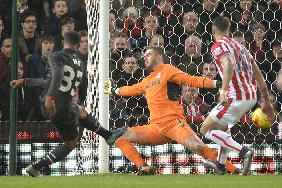 1-0: Jordan Ibe feier inn Liverpools ledermål. Keeper Jack Butland er sjanseløs. Til høyre Geoff Cameron.