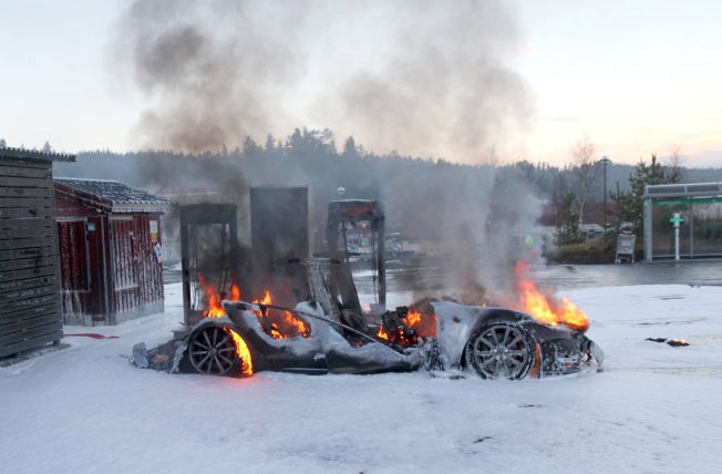 <p>TOTALSKADD: En Tesla ble totalskadd etter at den tok fyr under lading på en hurtigladestasjon på Brokelandsheia i Gjerstad kommune i Aust-Agder Foto: www.iGjerstad.no / NTB scanpix</p>