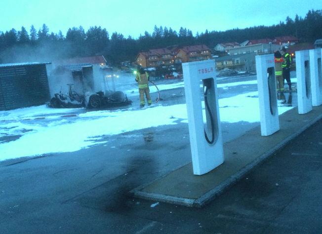 <p>SLUKKET: «Brenner kraftig», tvitret politiet da de fikk melding om hendelsen. Da nødetatene kom frem til stedet var elbilen utbrent. Foto: Sindre De Bartolo</p>
