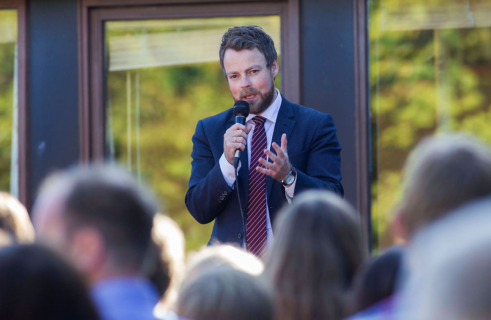 <p>PRATER MYE: Kunnskapsminister Torbjørn Røe Isaksen (H) snakker i mikrofon under et besøk på Stridsklev ungdomssskole i hans gamle hjemby Porsgrunn.</p>